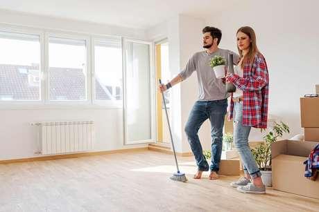 Antes de arrumar os móveis e objetos novamente, limpe bem os ambientes que passaram pela reforma