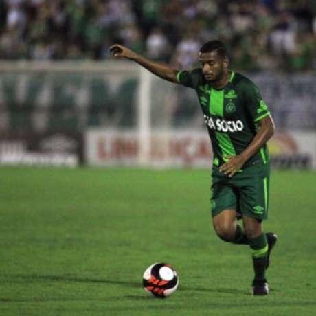 Reinaldo defendendo a Chapecoense