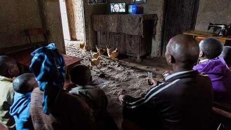 Família assiste TV em Ruanda