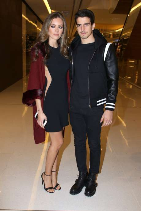 Enzo Celulari foi prestigiar a mãe ao lado da namorada Victoria Grendene