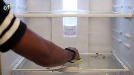 Aplique CIF Cremoso em uma esponja e passe na geladeira
