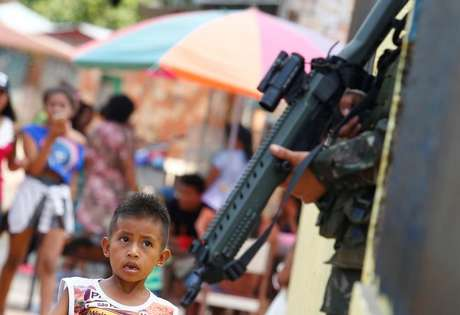 Menino indígena observa soldado brasileiro durante exercício militar em Tabatinga  8/11/2017    REUTERS/Leonardo Benassatto