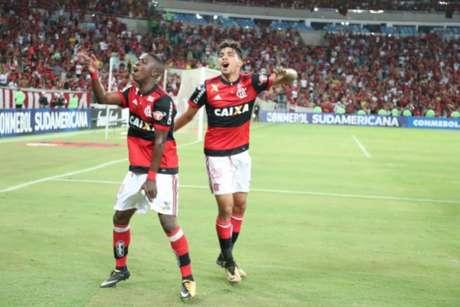 Vinicius Júnior e Paquetá vibram no Maracanã. Garotos devem jogar contra o Cruzeiro