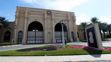 A entrada principal do hotel Ritz-Carlton em Riad, capital saudita