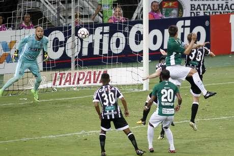 O jogador Jussani marca o segundo gol do Guarani, durante partida entre Ceará CE e Guarani SP, válida pela Série B do Campeonato Brasileiro 2017, na Arena Castelão em Fortaleza (CE), nesta terça-feira (07).