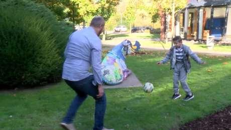 Hassan brincando com o pai
