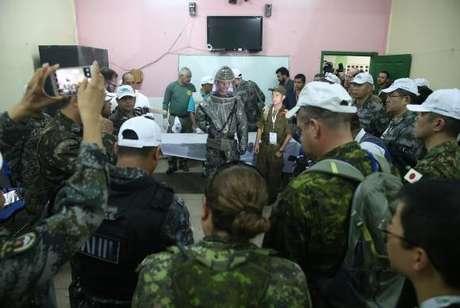Na simulação de acolhida de refugiados no Brasil, há treinamento para descontaminação química ou tratamento em caso de doença contagiosa