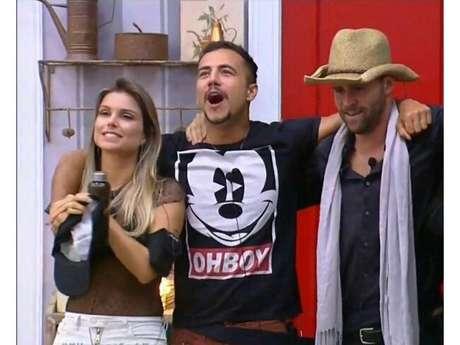"""Em """"A Fazenda"""", Marcelo Ié Ié é recebido com alegria na sede após derrotar Ana Paula Minerato na Roça"""