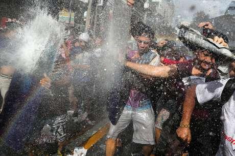 Polícia joga jatos de água em manifestantes