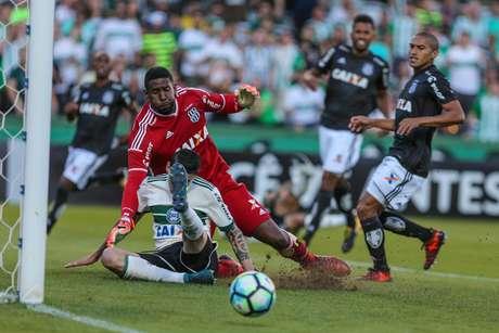 Rildo, jogador do Coritiba, e Aranha, goleiro da Ponte Preta, durante partida válida pela 34ª rodada do Campeonato Brasileiro 2017.