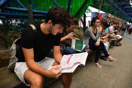 Movimentação de estudantes no segundo dia de provas do Enem