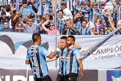 Fernandinho (D), jogador do Grêmio, comemora seu gol com os companheiros de equipe durante partida contra o Vitória, válida pela 34ª rodada do Campeonato Brasileiro 2017.