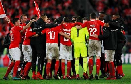 Jogadores da Suíça comemoram a classificação para a Copa-2018