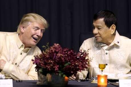 Presidente dos Estados Unidos, Donald Trump, fala com presidente das Filipinas, Rodrigo Duterte, durante cerimônia em Manila 12/11/2017 REUTERS/Athit Perawongmetha