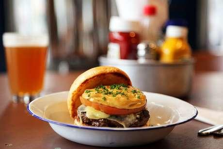 Conexão Minas Amazônia: burger, queijo canastra, tomate tostado,aiolide tucupi negro e pão da casa - R$ 28
