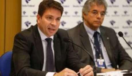 O delegado de Polícia Federal (PF) Alexandre Ramagem Rodrigues (E) durante entrevista na sede da Superintendência Regional da PF