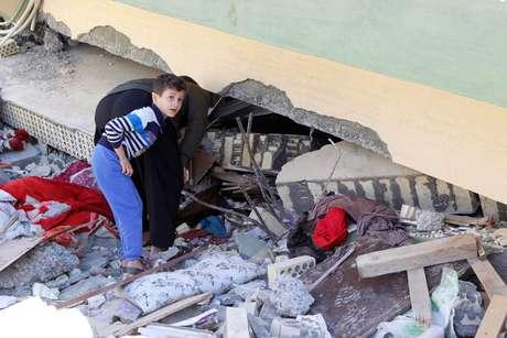 Homem vasculha destroços de prédio que desabou devido ao terremoto na cidade de Darbandikhan 13/11/2017 REUTERS/Ako Rasheed