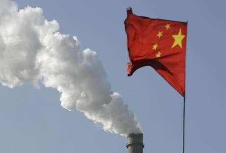 Bandeira da China vista em frente a chaminé de fábrica, em Taiyuan 02/12/2009  REUTERS/Stringer