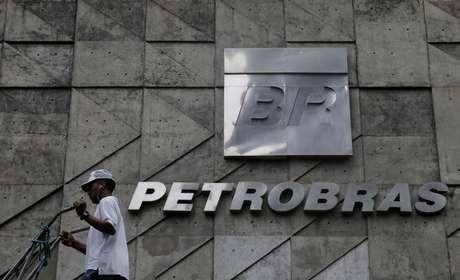 Homem caminha em frente a sede da Petrobras, no Rio de Janeiro 13/04/2017 REUTERS/Ricardo Moraes