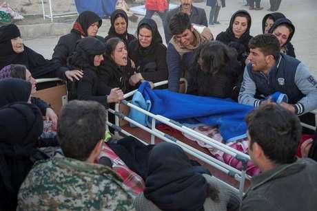 Pessoas reagem ao lado de corpo após terremoto na província de Kermanshah, no Irã 13/11/2017 REUTERS/Agência de notícias Tasnim