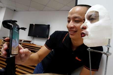 Vice-presidente da Bkav, empresa de cibersegurança vietnamita, Ngo Tuan Anh, demostra software de reconhecimento facial do iPhone X com máscara 3D em Hanói, Vietnã 14/11/2017 REUTERS/Kham