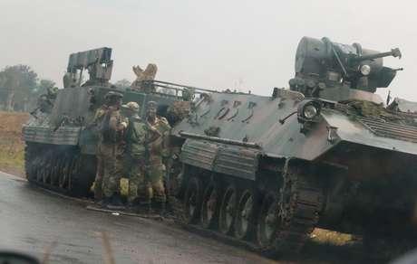 Soldados perto de veículos militares nos arredores de Harare, no Zimbábue  14/11/2017     REUTERS/Philimon Bulawayo