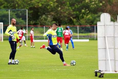 Goleiro do Bahia se arrisca em cobrança de falta em seu atual clube. Lembra alguém? (Felipe Oliveira/ Bahia)