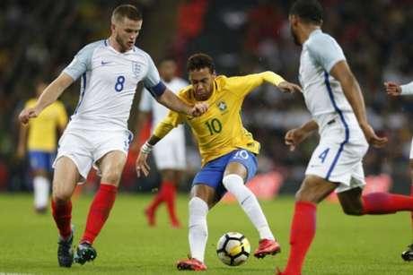 Neymar briga pela bola em jogo difícil contra a Inglaterra (Foto: Ian Kington / AFP)