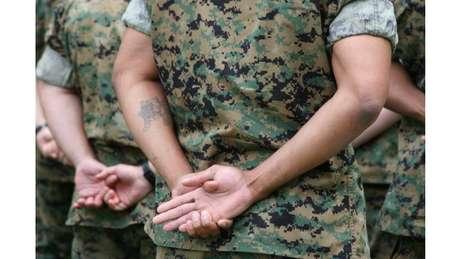 militar com tatuagem no braço