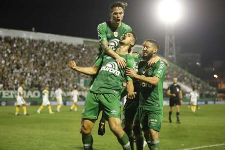 Túlio de Melo, jogador da Chapecoense, comemora seu gol durante a segunda partida contra o Defensa y Justicia, da Argentina, válida pela segunda fase da Copa Sul-americana 2017.