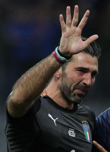 Gianluigi Buffon não conteve as lágrimas após a não classificação da Itália para a Copa