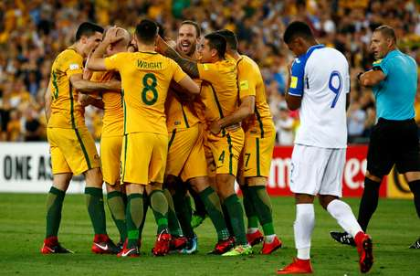 Equipe australiana comemora gol no ANZ Stadium, em Sydney