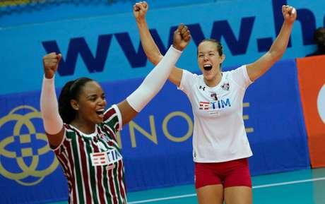 Fluminense comemora ponto na vitória sobre o Barueri. Michelle (à direita) foi destaque (Foto: Lucas Merçon/FFC)