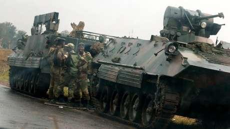 Soldados ao lado de veículo blindado em Harare