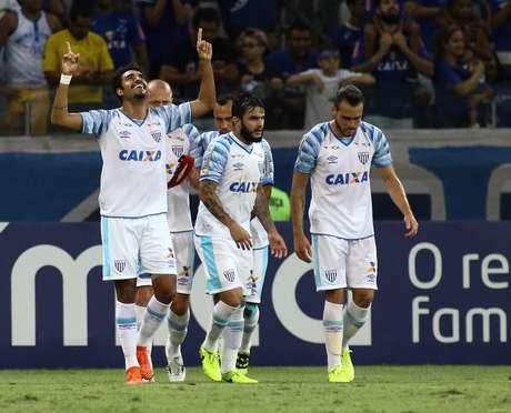 Júnior Dutra (E), jogador do Avaí, comemora seu gol com os companheiros de equipe durante partida contra o Cruzeiro, válida pela trigésima quinta rodada do Campeonato Brasileiro 2017.