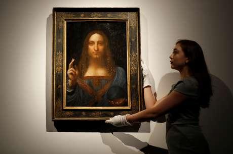 """Obra """"Salvator Mundi"""" é uma das poucas do artista italiano existentes e única em mãos privadas. Quadro chegou a ser posse de rei da Inglaterra e a ser vendida por apenas US$ 60. Hoje, vale mais de US$ 450 milhões."""