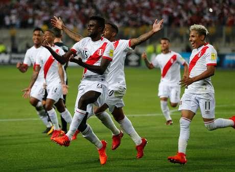 Jogadores do Peru comemoram um dos gols da vitória de 2 a 0 sobre a Nova Zelândia, em Lima.