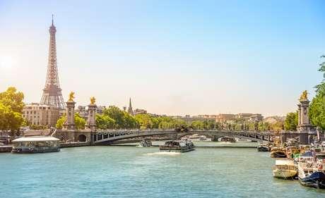 Paris também têm que lidar com a poluição do ar, que é acentuada por ondas de calor prolongadas - e vice-versa.