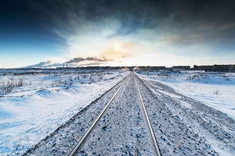 Imagem de ferrovia em permafrost, tipo de solo encontrado na região do Ártico.