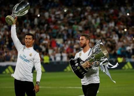 Cristiano Ronaldo e Sergio Ramos com troféu do Campeonato Espanhol  27/8/2017     REUTERS/Javier Barbancho