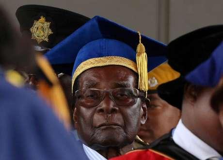 Mugabe não fez nenhum pronunciamento público e não foi acompanhado pela esposa, Grace, ou pelo ministro da Educação, Jonathan Moyo.