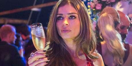 Lívia (Grazi Massafera), linda e sexy, mas infeliz por não se sentir amada nem ter condições de gerar um filho