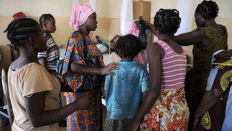 Mujeres asisten a una niña violada.