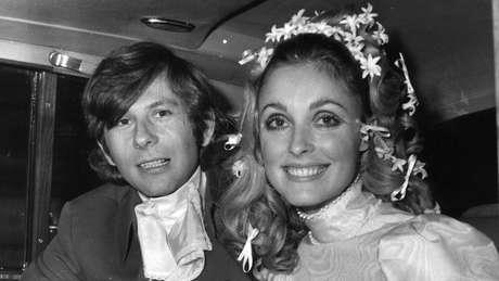 Roman Polanski e Sharon Tate vestida de noiva, dentro de um carro.