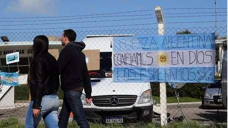 Bandeiras argentinas na frente da base naval de Mar del Plata