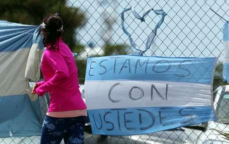 Mulher caminha diante de bandeira argentina em base naval em Mar del Plata  21/11/2017     REUTERS/Marcos Brindicci