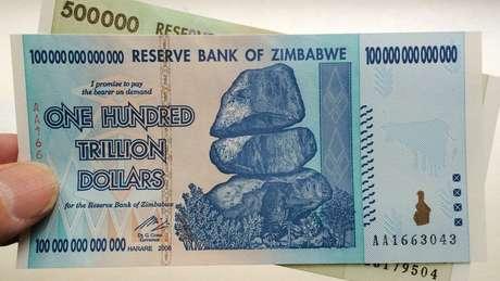 Notas de 100 trilhões e 500 mil dólares zimbabuanos