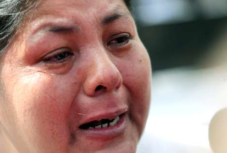 Elena Alfaro, irmã de Cristian Ibáñez, um dos 44 membros da tripulação do submarino desaparecido ARA San Juan, fala a jornalistas fora de uma base naval argentina em Mar del Plata, Argentina.