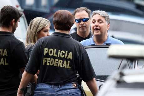 O ex-governador Anthony Garotinho deixa a sede da Polícia Federal, no Rio de Janeiro (RJ), após ser preso na manhã desta quarta-feira (22).