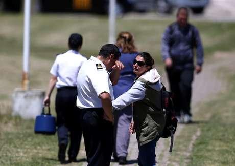 Integrantes da Marinha e parentes de tripulantes de submarino desaparecido choram em Mar del Plata  23/11/2017    REUTERS/Marcos Brindicci